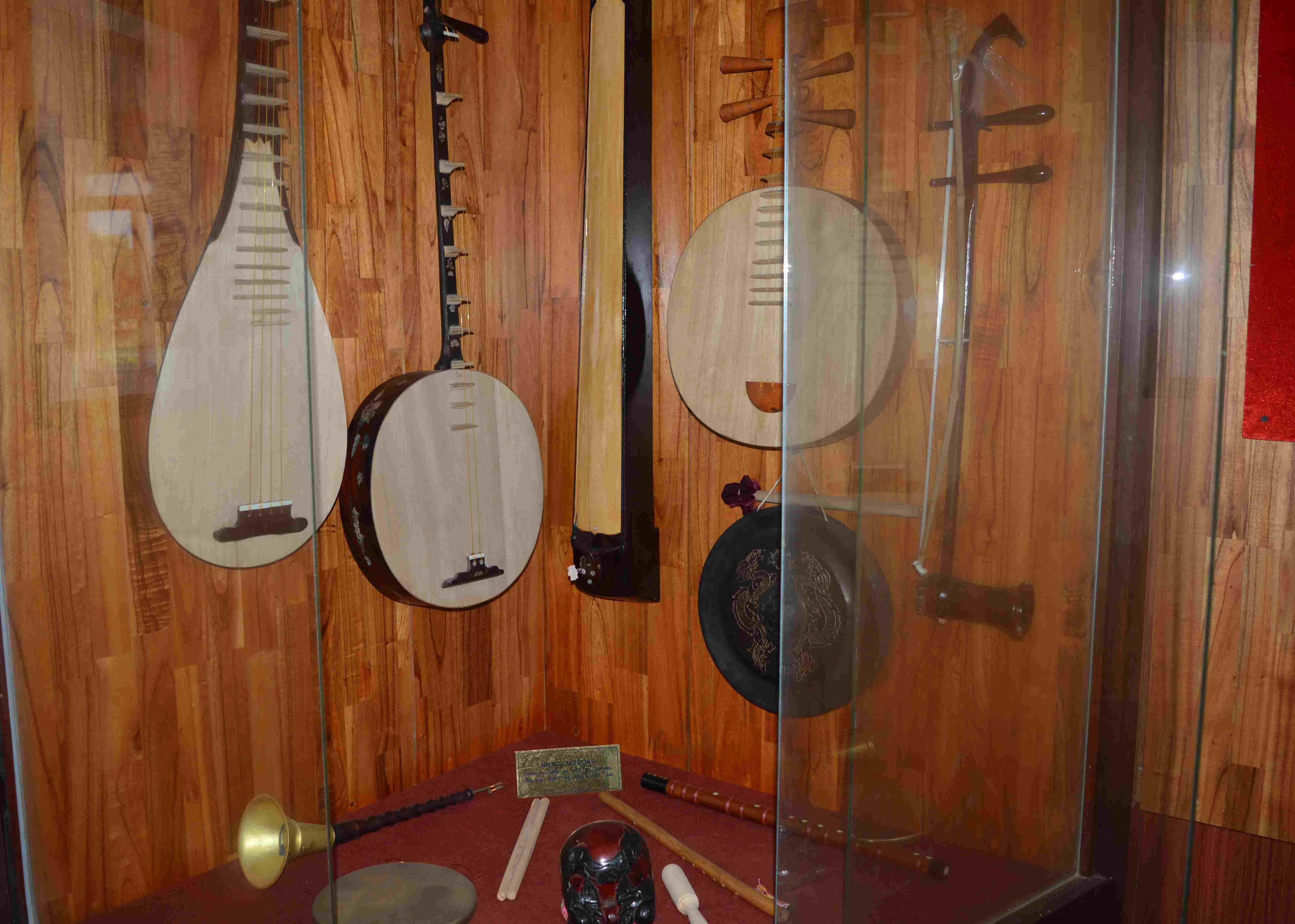 Nhạc cụ tuồng được lưu giữ tại Bảo tàng Điện Bàn. Ảnh: H.S