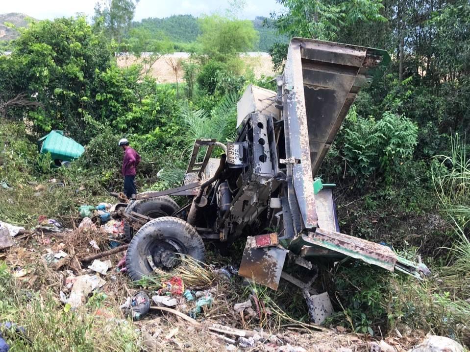 Vụ tai nạn khiến xe tải bị biến dạng, tài xế bị thương nặng được đưa đi cấp cứu. Ảnh: T.P