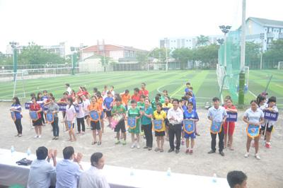 Giải thu hút đầy đủ 13 đội bóng của 13 xã, phường tham gia. Ảnh: T.VY