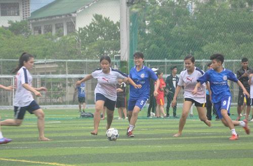 Các cầu thủ nữ thi đấu nhiệt tình làm cho các trận đấu diễn ra hấp dẫn. Ảnh: T.VY