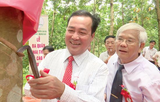 Phó Chủ tịch Thường trực UBND tỉnh Huỳnh Khánh Toàn tham gia khai mủ cao su. Ảnh: TẤN SỸ