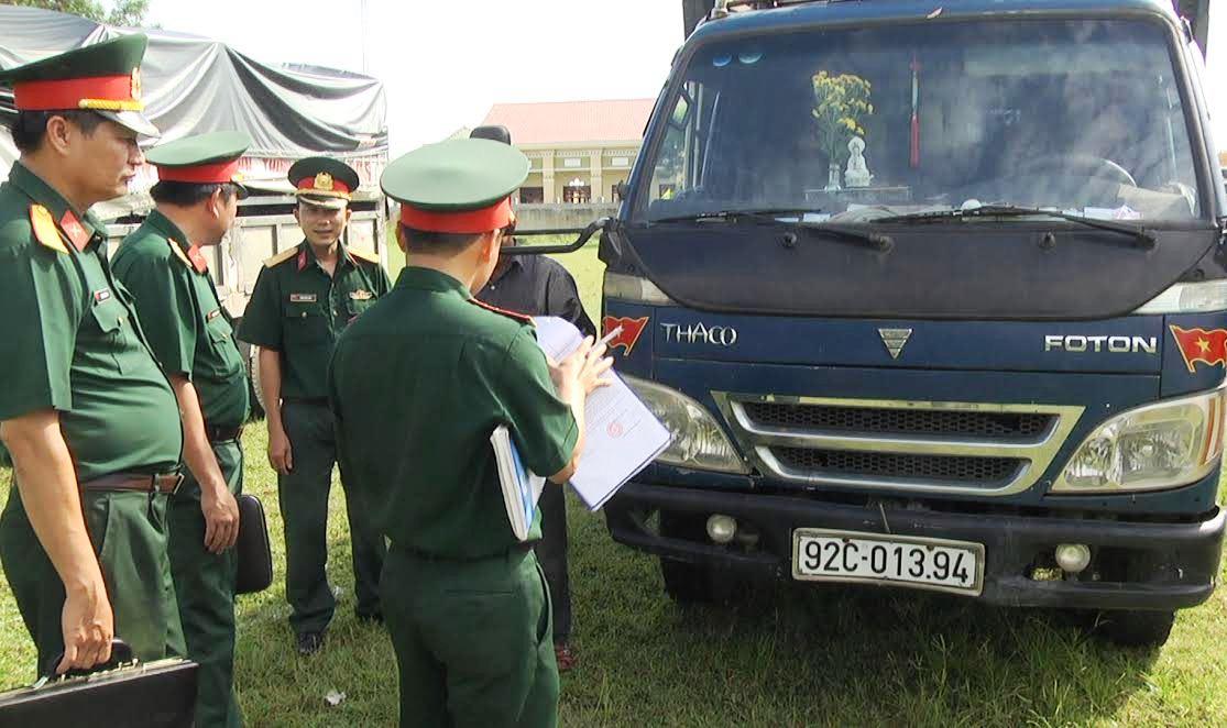 Tổ kiểm tra làm nhiệm vụ kiểm tra chất lượng phương tiện kỹ thuật. ảnh DT