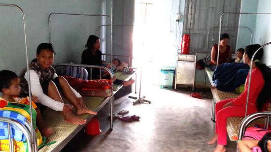 Mỗi ngày điều trị 50 - 70 bệnh nhân nội trú khiến các giường bệnh ở Phòng khám đa khoa Chà Vàl bị quá tải. Ảnh: N.D