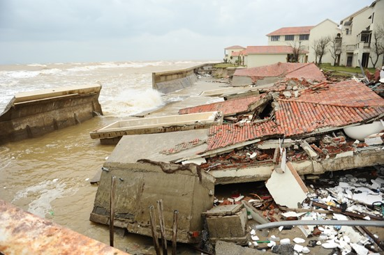 Sea invasion causes landslide in Cua Dai.