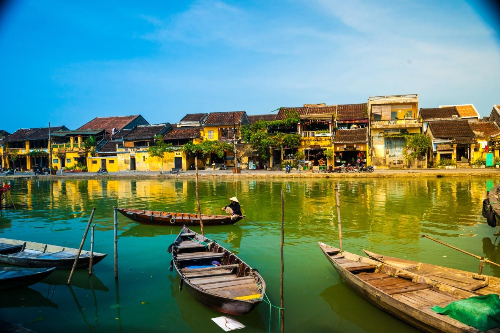 With many beautiful and famous landscapes, Hoi An becomes the heart of Vietnam tourism.