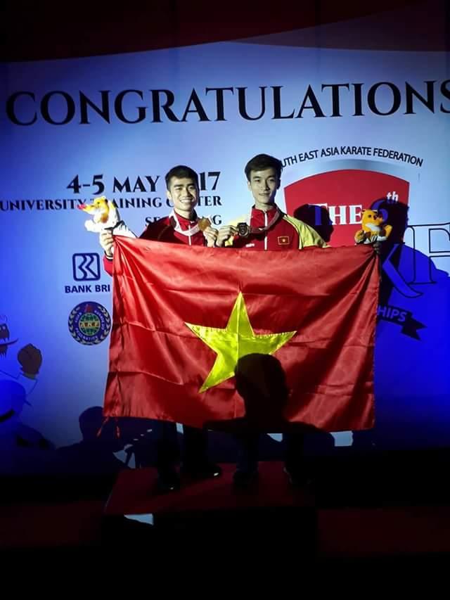 Niềm vui của Nguyễn Phi Tuấn (bên trái) tại lễ nhận huy chương. Ảnh: Nhân vật cung cấp