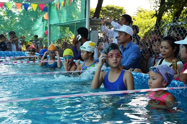 Học sinh tiểu học sẽ có kỹ năng phòng tránh đuối nước nhờ các buổi học thực hành tại hồ bơi