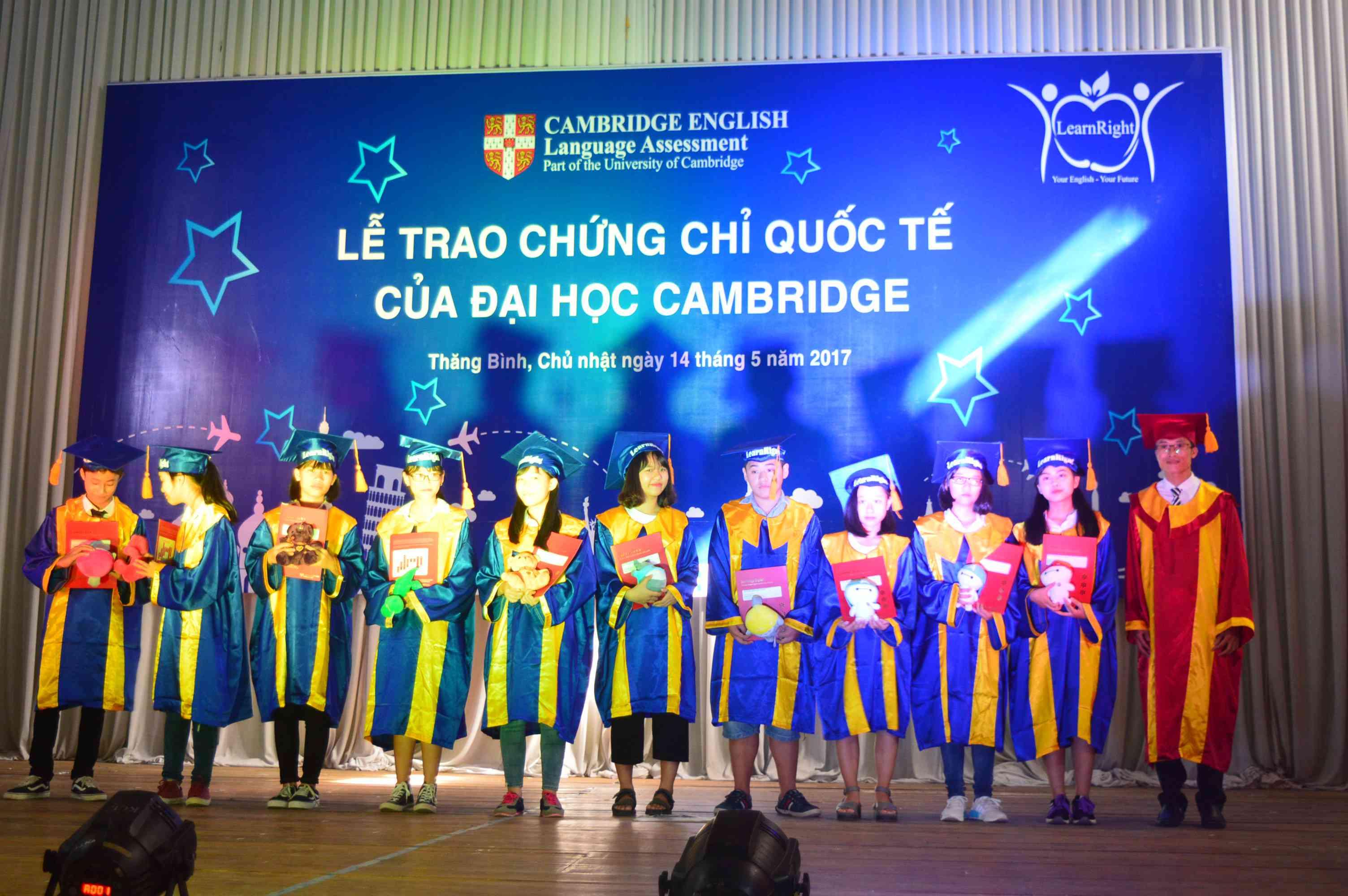 Trao chứng chỉ KET (chứng chỉ A2 quốc tế) cho 10 học viên vừa vượt qua kỳ thi tổ chức tại TP. Đà Nẵng vào tháng 3.2017. Ảnh: Q.T