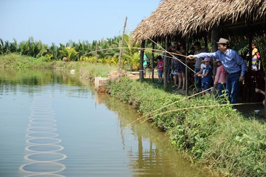 Những hồ nuôi tôm chuyển làm du lịch đang ngấm ngầm kè kiên cố..