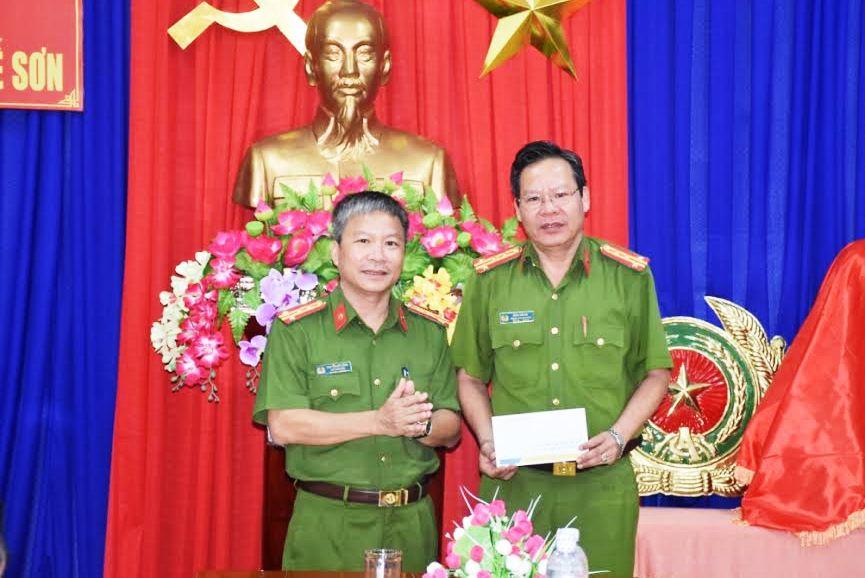 Đại tá Nguyễn Đức Dũng thưởng nóng 10 triệu đồng cho công an huyện Quế Sơn