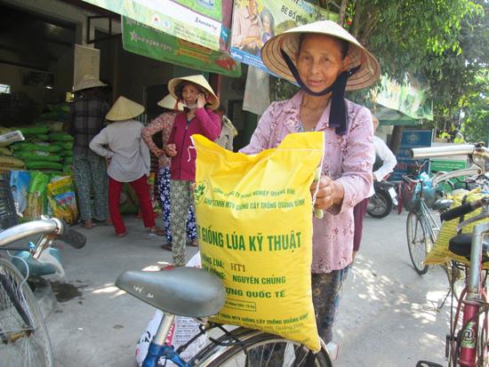 Nông dân phấn khởi vì giá bán các loại giống lúa không tăng. Ảnh: HOÀI NHI