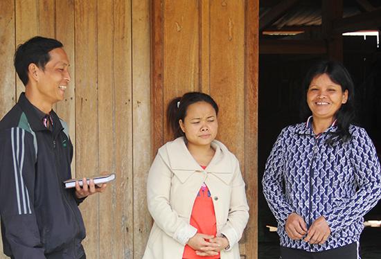 Bí thư Chi bộ thôn R'bhượp - Blúp Hào (bên trái) tuyên truyền nếp sống mới cho người dân trong thôn.