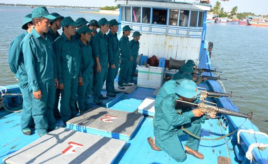 Dân quân biển xã Tam Quang huấn luyện bắn súng AR15. Ảnh: T.A