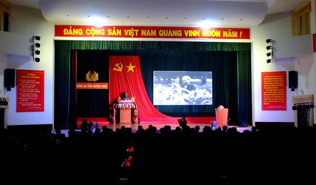 ĐVTN Công an tỉnh xem phim về cuộc đời, sự nghiệp cách mạng của Chủ tịch Hồ Chí Minh. Ảnh: M.L