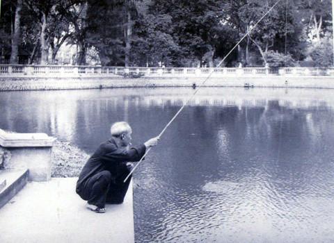 Những lúc rảnh rỗi, Bác Hồ lại ngồi câu cá bên ao cá cạnh Nhà sàn. (Ảnh tư liệu)