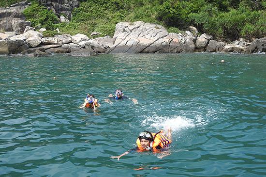 Du khách nước ngoài rất thích thú lặn ngắm san hô ở Cù Lao Chàm.