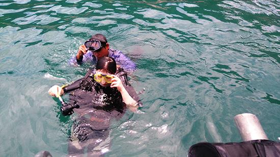 Du khách trang bị đồ lặn chuyên nghiệp, kính lặn và máy chụp ảnh dưới nước... để tận hưởng vẻ đẹp dưới đáy biển.
