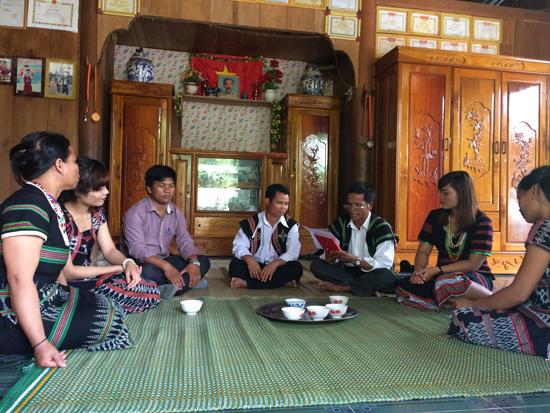 Chi bộ thôn Tàvàng (xã A Tiêng, Tây Giang) tổ chức sinh hoạt chi bộ tháng 5 gắn với kể chuyện về Bác Hồ. Ảnh: BRIU QUÂN