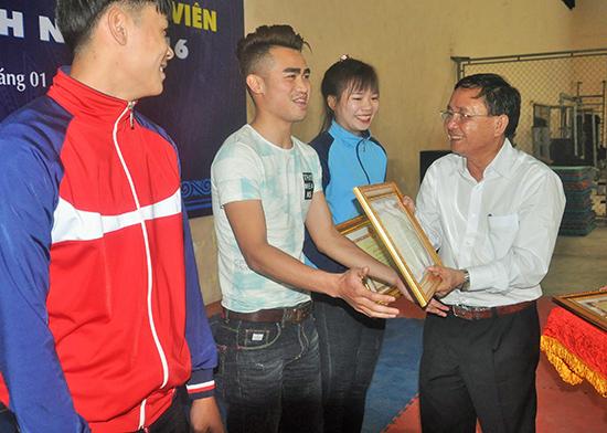 Nguyễn Phi Tuấn nhận bằng khen của UBND tỉnh về thành tích xuất sắc trong năm 2016 do Giám đốc Sở VH-TT&DL Đinh Hài trao.Ảnh: T.VY