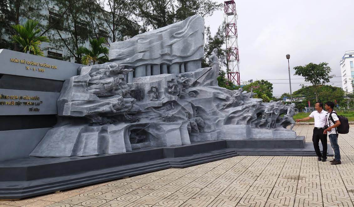 """tổ hợp điêu khắc """"Huyền thoại Trường Sơn"""" của họa sĩ Đinh Gia Thắng"""