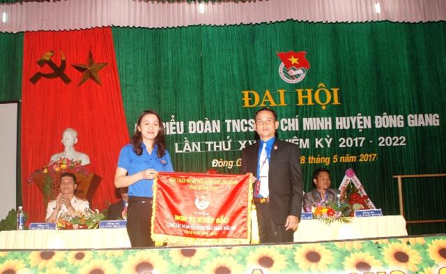 Tỉnh đoàn tặng cờ thi đua xuất sắc công tác Đoàn và phong trào thiếu nhi. Ảnh: M.L