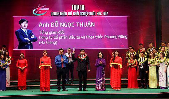 Trưởng ban Dân vận Trung ương Trương Thị Mai và Bí thư thứ nhất BCH Trung ương Đoàn Lê Quốc Phong trao hoa và biểu trưng cho Top 10 Doanh nhân trẻ khởi nghiệp xuất sắc năm 2017.