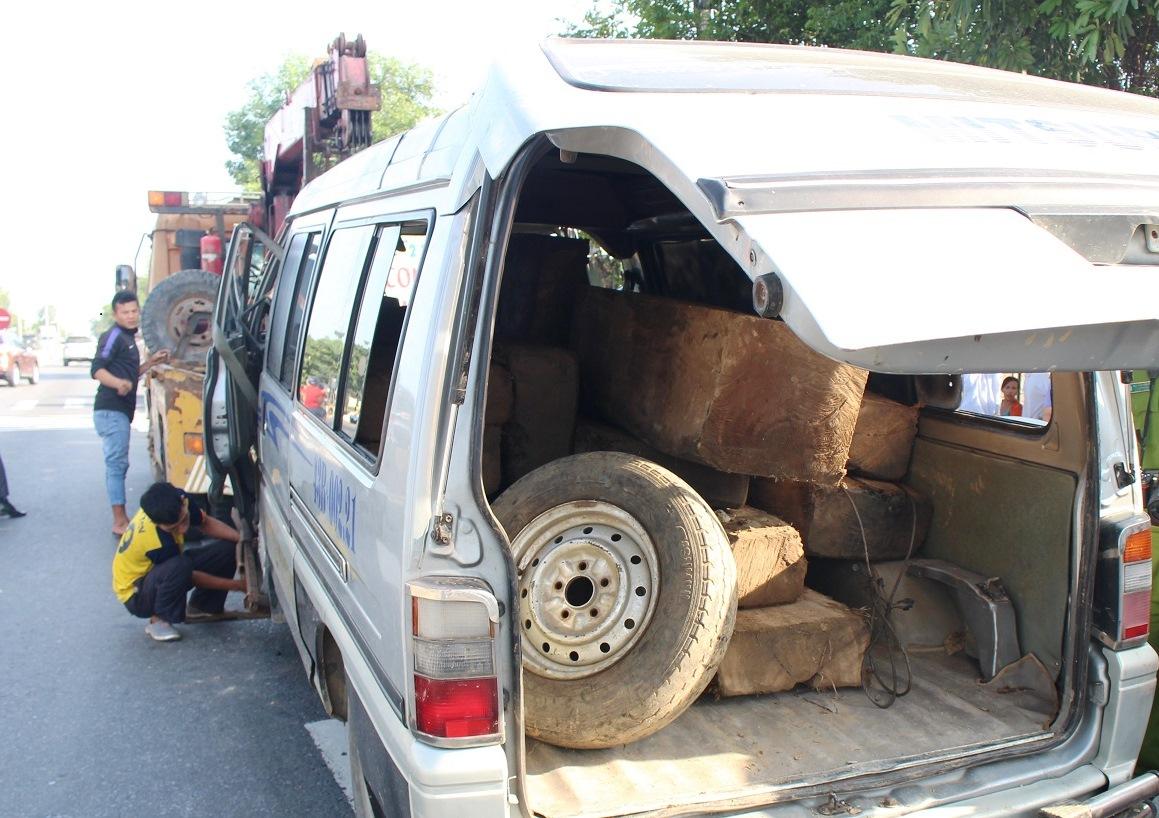 Số gỗ được phát hiện chất đầy trong xe khách. Ảnh: Đ.C