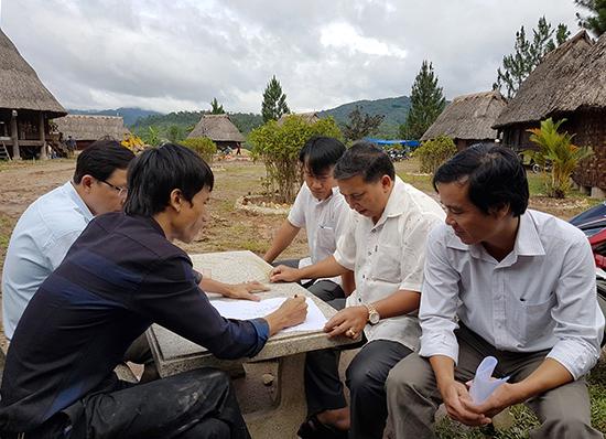 Bí thư Huyện ủy Tây Giang - Bríu Liếc (bên phải, ở giữa) kiểm tra công tác chuẩn bị cho festival tại Làng văn hóa Cơ Tu. Ảnh: THÀNH CÔNG