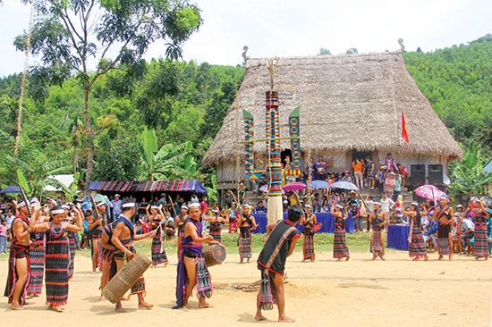Cây nêu, vật không thể thiếu trong các lễ hội ở vùng cao Quảng Nam. Ảnh: ALĂNG NGƯỚC