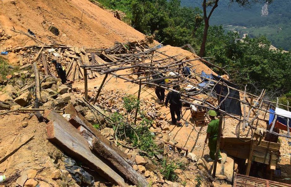 Lực lượng chức năng huyện Phú Ninh trong một truy quét vàng tặc tại khu vực mỏ vàng Bồng Miêu. Ảnh: THANH THẮNG