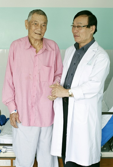 BS Huỳnh Phiến cùng cụ ông Nguyễn Văn Thịnh sau khi bình phục