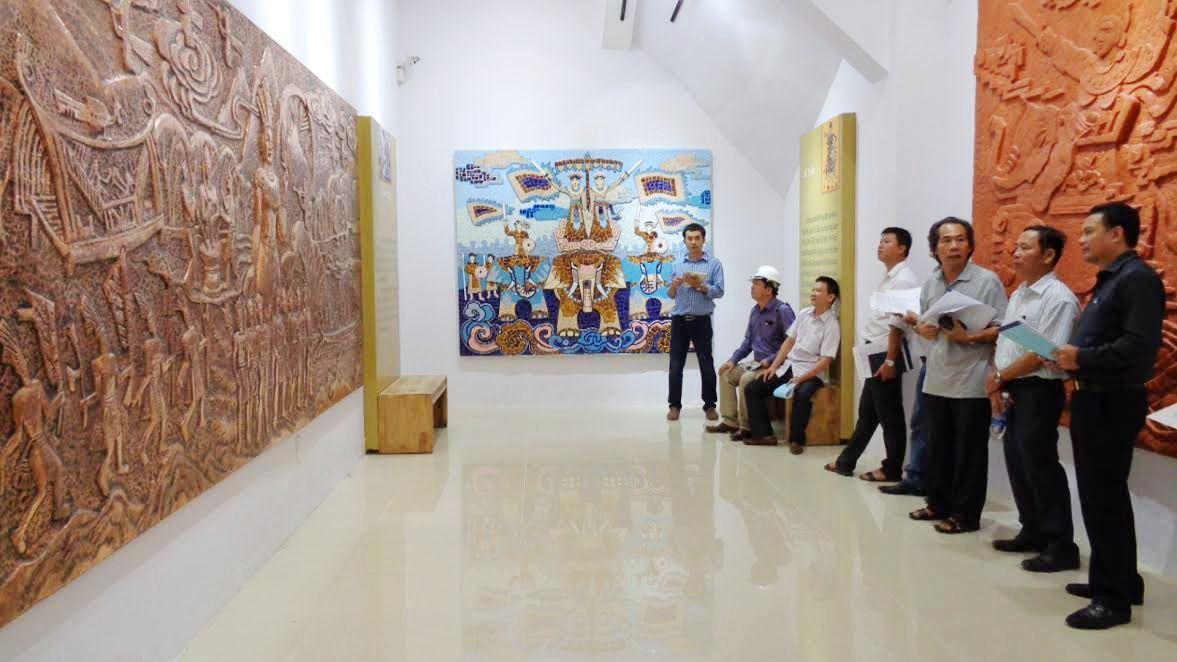 Hội đồng nghệ thuật thẩm định các tác phẩm nghệ thuật.