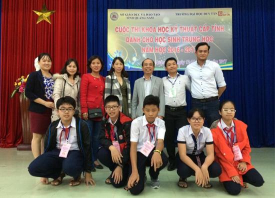 Lê Bảo Hiệp (thứ nhất bên trái, hàng ngồi) chụp ảnh lưu niệm với thầy cô và các bạn trong Hội thi Khoa học kỹ thuật cấp tỉnh. Ảnh: C.N