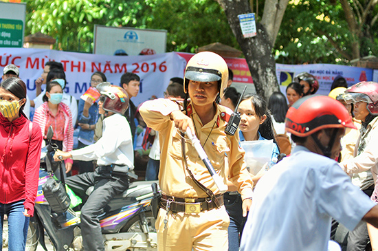 Cảnh sát giao thông làm nhiệm vụ điều tiết giao thông tại điểm thi Trường THPT Phan Bội Châu (Tam Kỳ) tại kỳ thi năm 2016.Ảnh: X.PHÚ