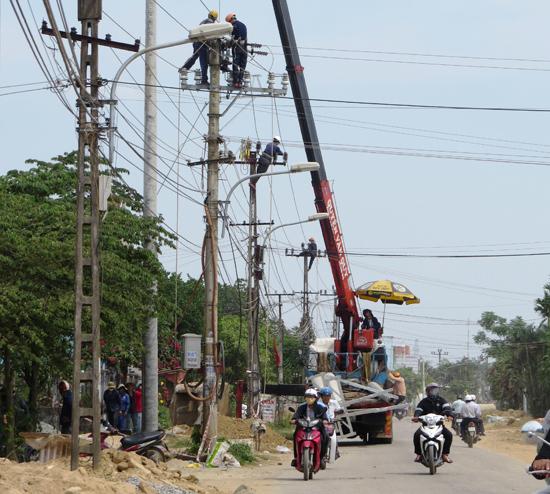 Lưới điện nằm sát khu dân cư. Ảnh: HOÀNG LIÊN