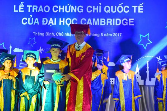 Nguyễn Đức Việt (phải) trao chứng chỉ của Đại học Cambridge cho các học viên của trung tâm. Ảnh: Q.T