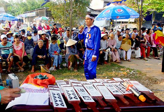 Đông đảo người dân đến xem hô hát bài chòi ở Lễ hội Bà Thu Bồn.Ảnh: PHƯƠNG THẢO