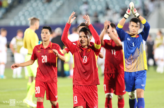 Các cầu thủ U20 Việt Nam bày tỏ sự cám ơn đối với khán giả nhà sau trận hòa New Zealand. ảnh: Internet