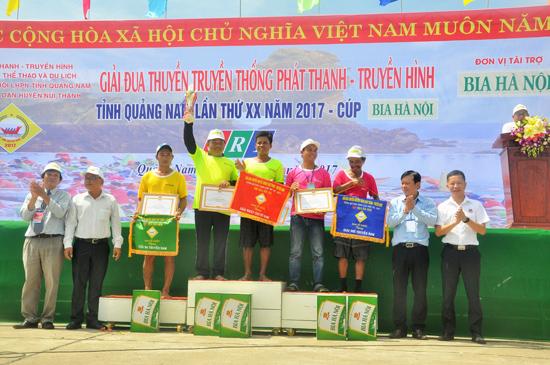 Giải Đua thuyền truyền thống Phát thanh truyền hình Quảng Nam năm 2017.Ảnh: ANH SẮC