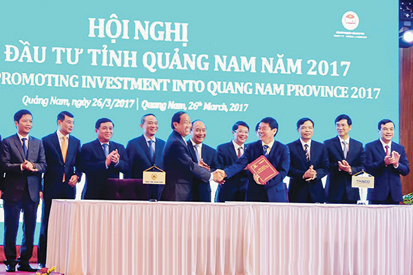 The leaders of Quang Nam and THACO signed a cooperation agreement at the Quang Nam Investment Promotion Conference 2017.