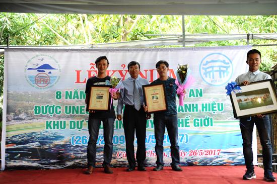 Trao giải thưởng cho các tác giả đạt gải thưởng cuộc thi ảnh Cù Lao Chàm. Ảnh: MINH HẢI