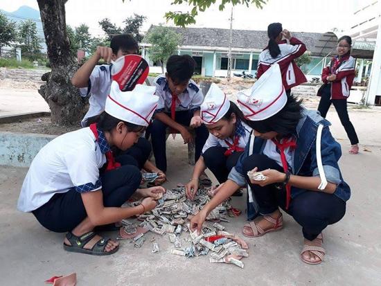 """Trường THCS Quế Trung (Nông Sơn) trong ngày hội """"mổ heo đất"""". Ảnh: Hạ Mơ"""