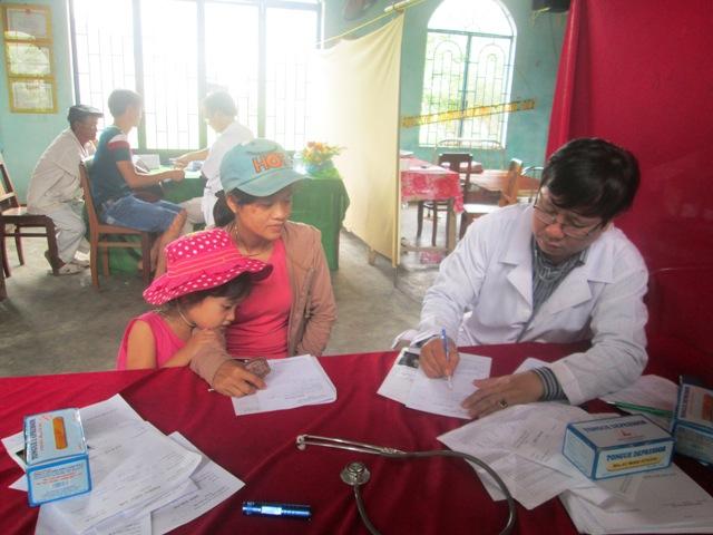 Tư vấn, cấp phát thuốc miễn phí cho nhiều đối tượng ở xã nghèo Đại Sơn. Ảnh: MINH PHƯỜNG