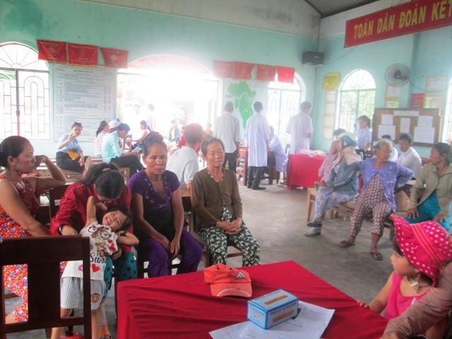 Chỉ trong 2 ngày, có tới 700 lượt người nghèo hai xã Đại Sơn, Đại Chánh được khám bệnh, cấp thuốc, tư vấn sức khỏe. Ảnh: H.L