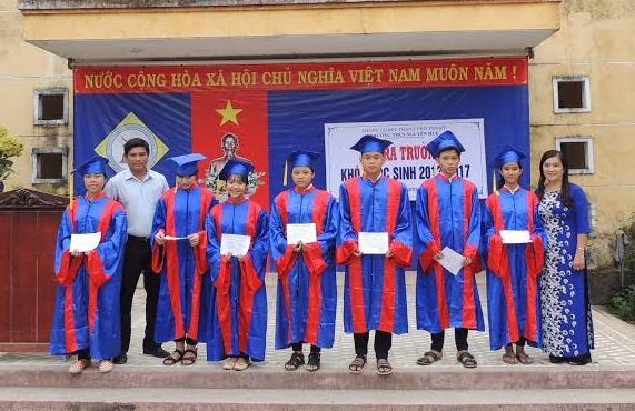 Trao chứng nhận tốt nghiệp THCS cho các học sinh tiêu biểu.