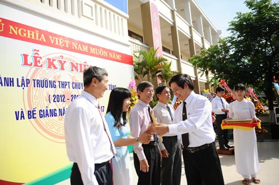 Lãnh đạo Sở GD&ĐT tặng bằng khen cho tập thể và cá nhân có thành tích xuất sắc trong 5 năn qua. Ảnh MINH HẢI