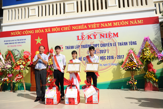 Khen thưởng cho các học sinhhọc sinh lọt vào tốp 10 học sinh có điểm cao nhất và nhận được học bổng du học toàn phần của Chính phủ Nga . Ảnh MINH HẢI