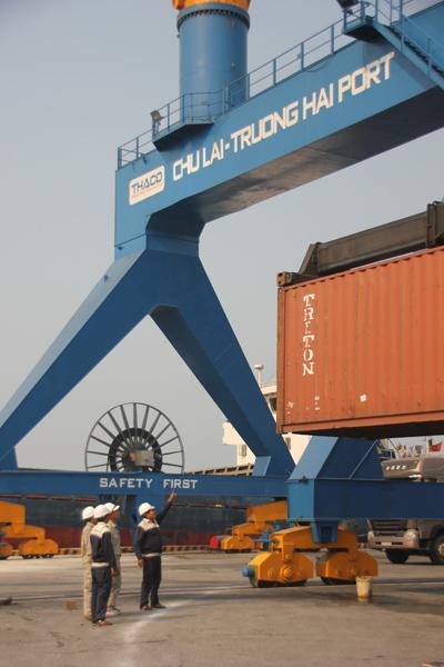 Sản xuất công nghiệp sụt giảm kéo theo nguồn thu ngân sách gặp khó khăn. TRONG ẢNH: Cảng Chu Lai - Trường Hải. Ảnh: M.Đ
