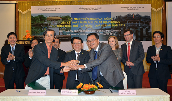 Đại diện Hiệp hội Du lịch các địa phương Quảng Nam, Đà Nẵng, Thừa Thiên Huế ký cam kết hợp tác phát triển du lịch vào tháng 2.2015. Ảnh: HỒNG HẠNH