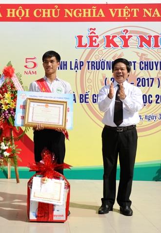 Em Võ Thời Nay học sinh xuất sắc trong một năm học đạt nhiều giải từ Quốc gia đến cấp tỉnh, được Bộ GD&ĐTvà Sở GD&ĐT tặng bằng khen. Ảnh MINH HẢI